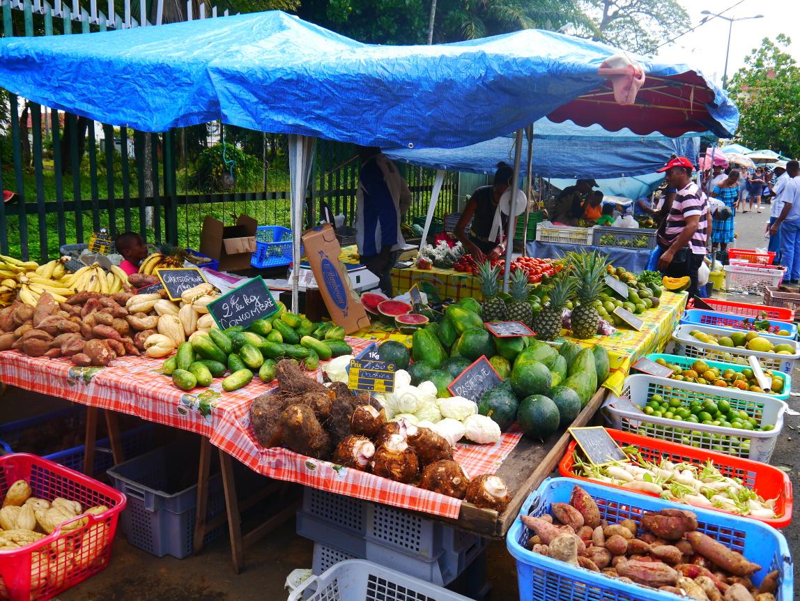 Un étal de fruits et légumes divers à la période de Noël