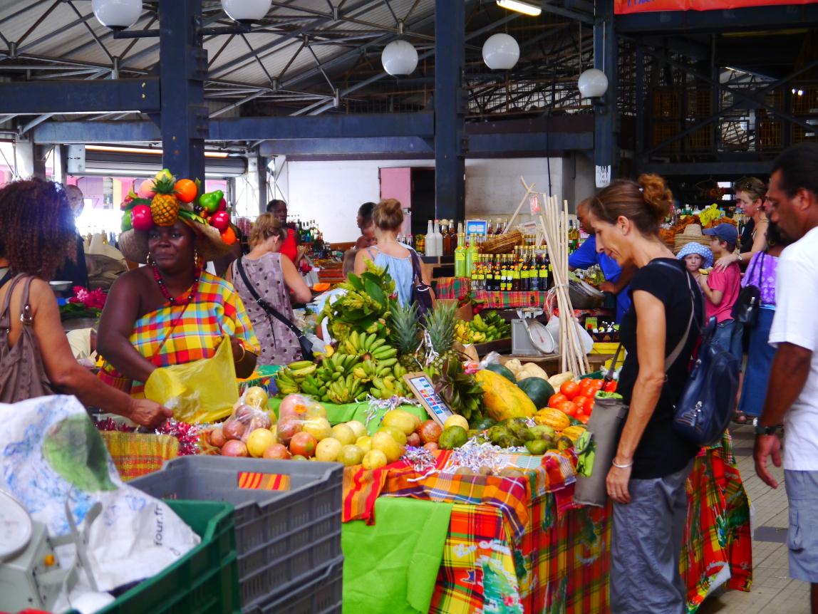 Au marché couvert de Fort-de-France, plus moderne et plus touristique, c'est une autre ambiance