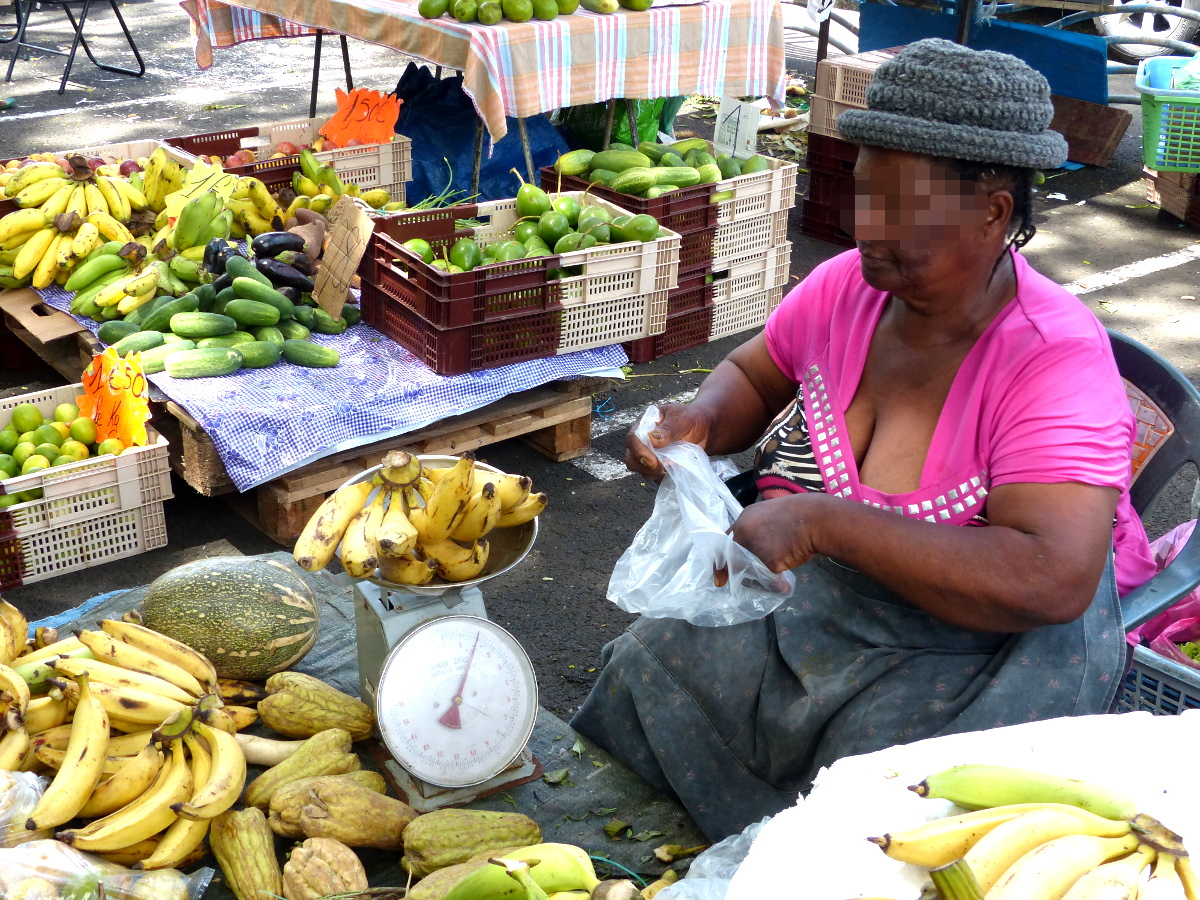 """La pesée des """"bananes jaunes"""" (bananes plantains) à 1,60€ le kilo"""