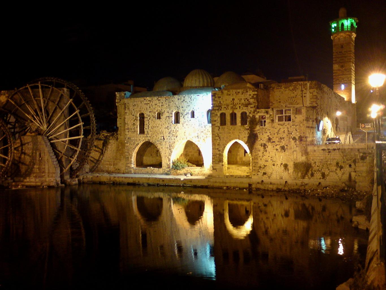 Hama (Syrie), en novembre 2010: la mosquée Al-Azm et une des célèbres norias antiques de l'Oronte