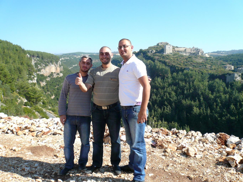 Fateh, Mohamed et Khaled posent devant le château de Saladin, dans la région de Lattaquié, le 9 novembre 2010. Leur pays était alors en paix.