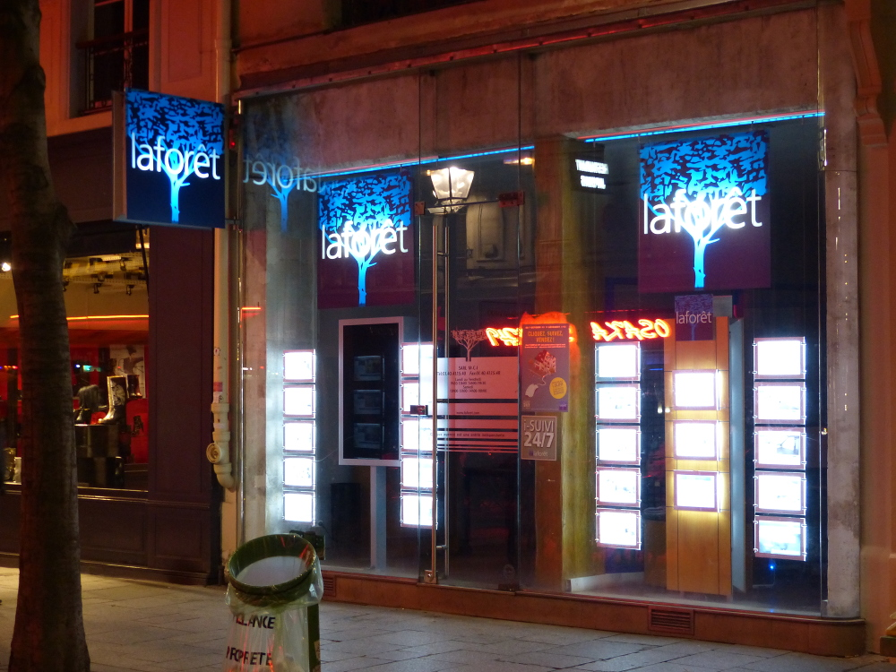 L'agence Laforêt Immobilier de la rue Montmartre, en octobre 2013. Cette agence a l'habitude de faire subir des discriminations aux Français d'origine antillaise, au mépris total de la loi républicaine.
