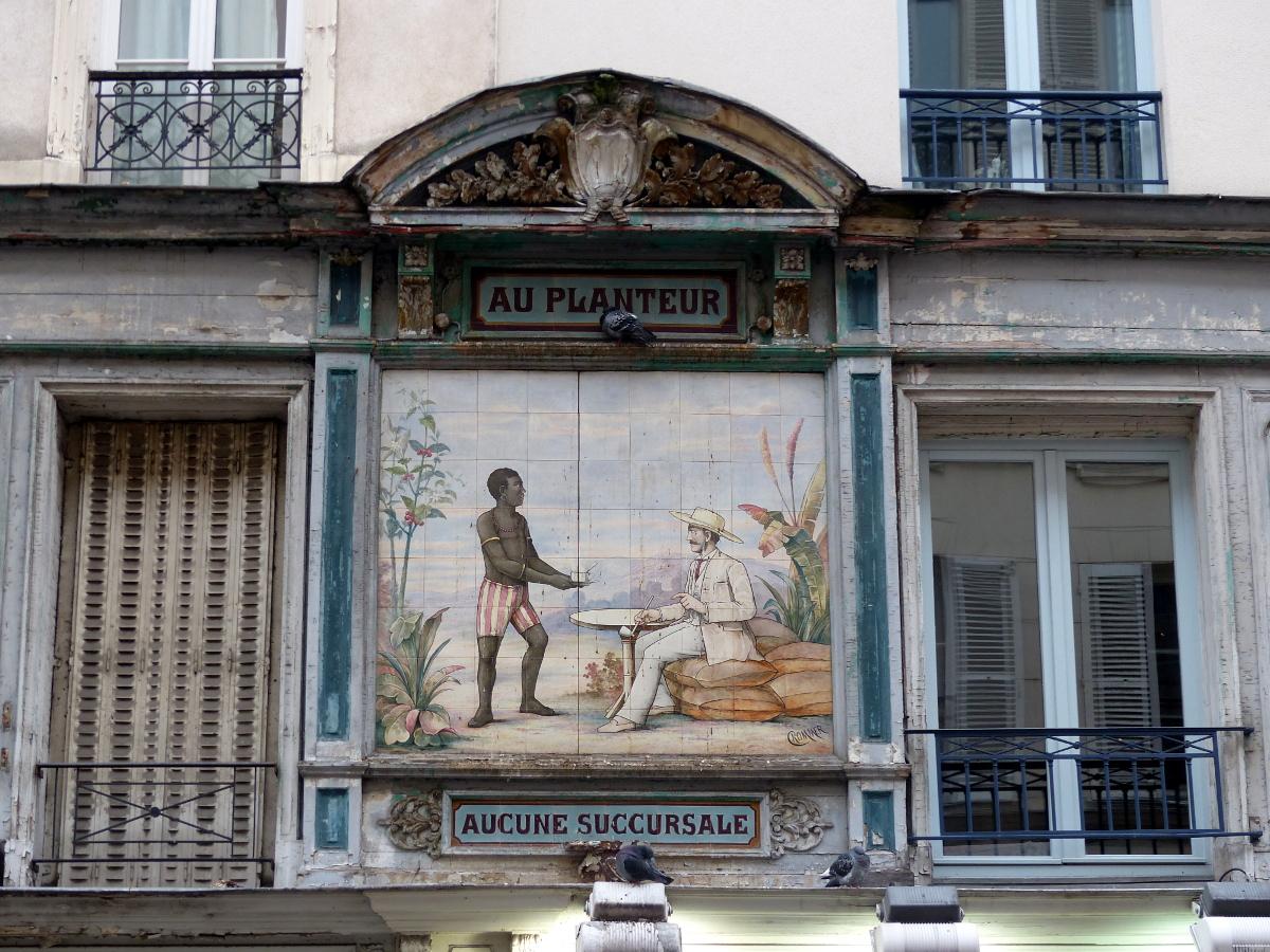 """""""Au Planteur"""" est un établissement aujourd'hui disparu, mais l'enseigne de la rue Montorgueil témoigne encore"""