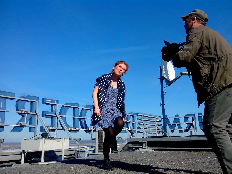 """Roland Egersdörfer filme une danseuse sur le toit de la """"Tour de l'Oder"""" à Frankfurt le 12 mars 2014"""