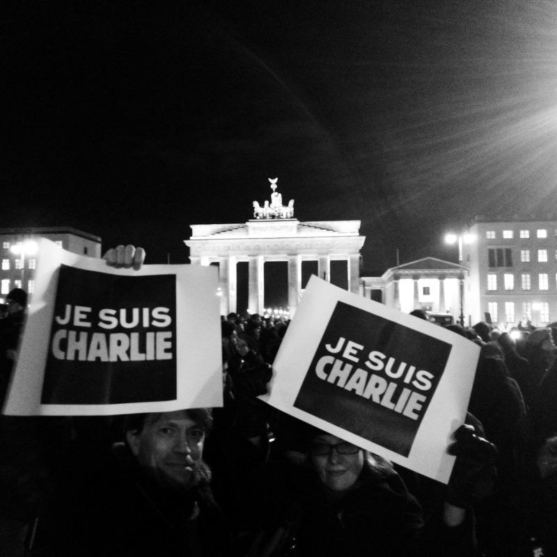 Plus de mille personnes ont participé à une manifestation de soutien à Charlie Hebdo devant l'ambassade de France à Berlin le mercredi 7 janvier 2015. © Berliniquais